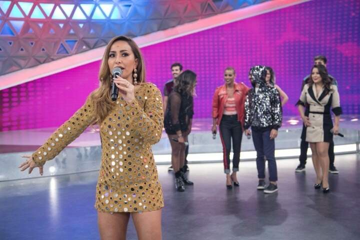 "Sabrina Sato dança o hit ""Ragatanga"" com as cantoras do grupo Rouge"